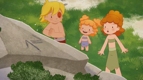 An einem Felsen entdeckten Tib, Tara und Kori den ersten Hinweis.   Rechte: KiKA/hr/TF1/GO-N Productions