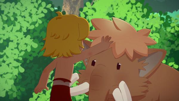 Tib findet ein Mammutbaby im Wald. Die Mutter des Kleinen ist nicht zu sehen.   Rechte: KiKA/hr/TF1/GO-N Productions