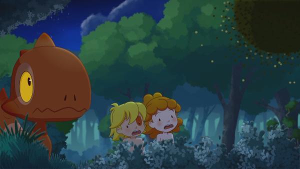 Tib und Tara beobachten mit Tumtum, wie sich der Pflaumendieb über einen Baum hermacht. | Rechte: KiKA/hr/TF1/GO-N Productions