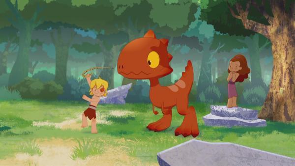 Beherzt greift Tib nach einer Schlange, die Lili im Wald erschreckt.   Rechte: KiKA/hr/TF1/GO-N Productions