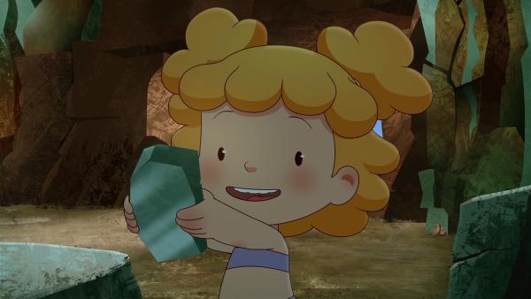 Als Tib Kori und Tara die Höhle zeigt, nimmt Kori sich ein kleines Stückchen eines glänzenden Steines mit. | Rechte: KiKA/hr/TF1/GO-N Productions