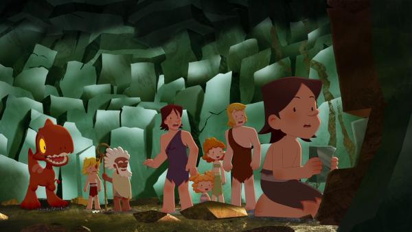 Trotz Arons Warnung finden sich plötzlich alle in der Höhle wieder. Als Lad einen Stein aus der Wand zieht, beginnen die Wände zu wackeln. | Rechte: KiKA/hr/TF1/GO-N Productions