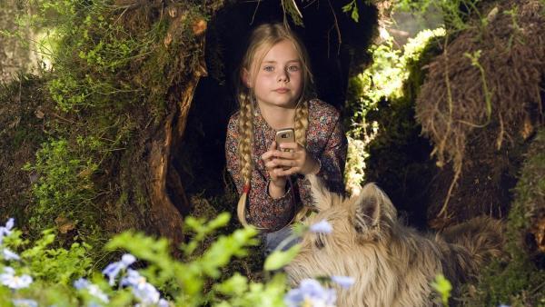 Lilie ( Lotte Hanné) versteckt sich mit Hund Brezel im Wald. | Rechte: SWR/Maria Wiesler
