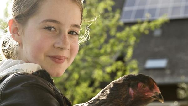 Greta (Enya Elstner) schließt jedes Tier in ihr großes Herz. | Rechte: SWR/Maria Wiesler