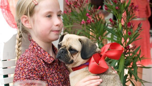 Paulina (Tabea Hug) hat den kleinen Mops adoptiert. | Rechte: SWR/Maria Wiesler
