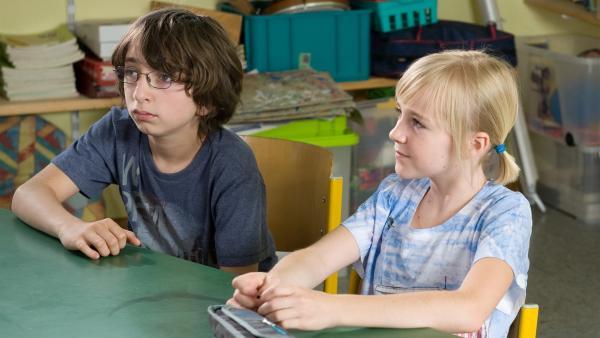 Gustav (Nikolaj Wolf) und Nelly (Jule Marleen Schuck) folgen gespannt dem Treiben ihrer Klassenkameraden. | Rechte: SWR/Maria Wiesler