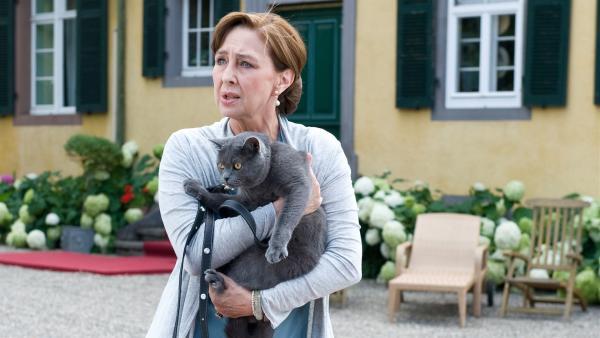 Für die reiche Frau von Werther (Christine Kaufmann) ist die Katze Nofretete ihr Ein und Alles. | Rechte: SWR/Maria Wiesler