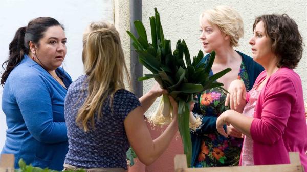 Annette Hansen (Floriane Daniel, 2.v.re.) unterhält sich mit anderen Landfrauen über den Wunderheiler im Dorf. | Rechte: SWR/Maria Wiesler