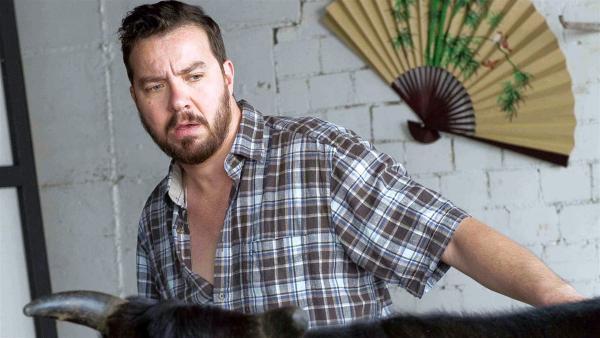 Vinzenz Grieshaber (Michael Sideris) ist besorgt um sein Kobe-Rind Yoko | Rechte: SWR/Maria Wiesler