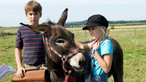 Nelly (Jule-Marleen Schuck) und Pawel (Moritz Knapp) wollen den Esel beschützen. | Rechte: SWR/Maria Wiesler