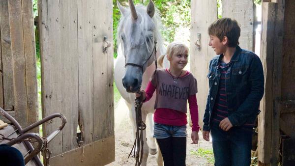 Nelly (Jule-Marleen Schuck) und Pawel (Moritz Knapp)  sind begeistert von ihrer Erfindung: dem Einhorn. | Rechte: SWR/Maria Wiesler