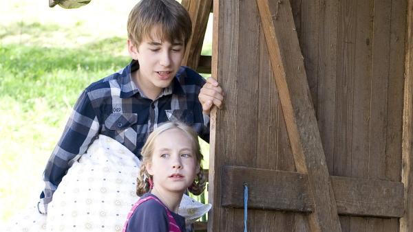 Freund Pawel (Moritz Knapp)und dessen kleine Schwester Paulina (Tabea Hug) wollen Nelly (Jule-Marleen Schuck) helfen. | Rechte: SWR/Maria Wiesler