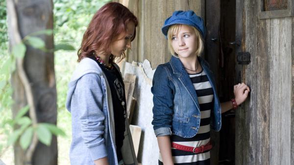 Nelly (Jule-Marleen Schuck, re.) versucht Jessie (Clara Halouska , li.) für sich zurückzugewinnen. | Rechte: SWR/Maria Wiesler