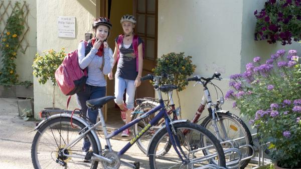 Greta Hansen (Enya Elstner) und ihre kleine Schwester Lillie (Lotte Hané) verstehen sich nicht immer bestens. | Rechte: SWR/Maria Wiesler