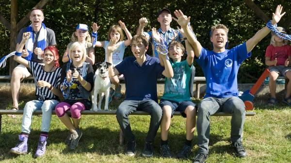Die Kinder und Bertie (Silas Breiding) freuen sich über ein Spiel mit Tierarzt Hansen (Heikko Deutschmann). | Rechte: SWR/Maria Wiesler