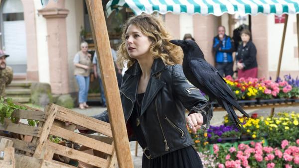 Wanda (Anna-Maria Sturm) bringt die Pflanzen zum Marktplatz zurück. | Rechte: SWR/Maria Wiesler