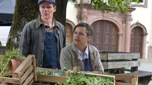 Wenig erfreut sind Hans Deutrich (Olaf Baumeister) und Elke Deutrich (Ursula Berlinghof), als Wanda auf den Stand zugesteuert kommt. | Rechte: SWR/Maria Wiesler