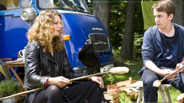 Wanda (Anna Maria Sturm) mit ihrem Raben und Pawel (Moritz Knapp) beim Stockbrot machen. | Rechte: SWR/Maria Wiesler