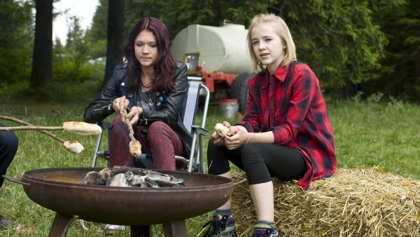Jessie (Clara Halouska) und Nelly (Jule-Marleen Schuck) beim Stockbrotmachen. | Rechte: SWR/Maria Wiesler