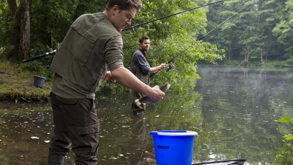 Tomasz (Adrian Topol) und Grieshaber (Michael Sideris) angeln am See. | Rechte: SWR/Maria Wiesler