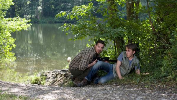 Vinzenz Grieshaber (Michael Sideris) und Pawel (Moritz Knapp) an der Uferböschung. | Rechte: SWR/Maria Wiesler