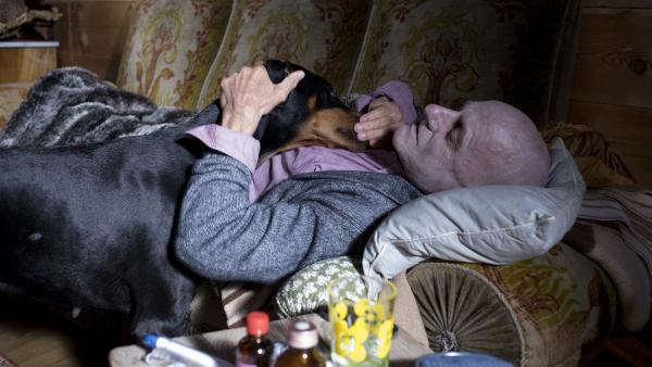 Der kranke Herr Breitbart (Andreas Wellano) schickt den Dobermann los um Hilfe zu holen. | Rechte: SWR/Maria Wiesler