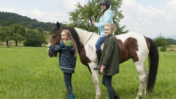 v.l.n.r. Paulina Kulka (Tabea Hug), auf dem Pferd Leonie Brüggemann (Phillis Lara Lau) und Nelly Spieker (Jule-Marleen Schuck). | Rechte: SWR/Maria Wiesler
