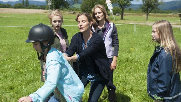 Helena Brüggemann (Julia Jäger) is tin Sorge um ihre pferdeverliebte  Tochter Leonie (Phillis Lara Lau), auch wenn ihre Freunde sie unterstützen. | Rechte: SWR/Maria Wiesler