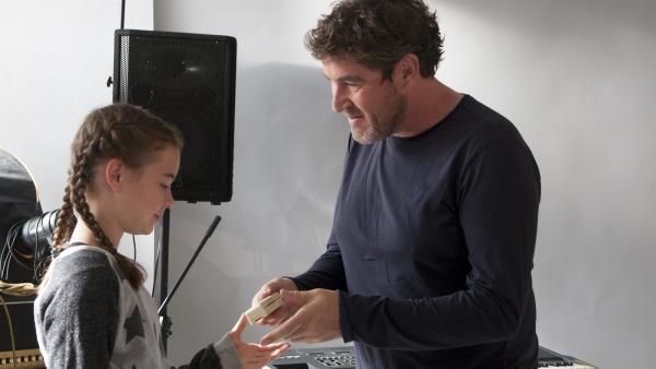 Leo(nie) ( Phillis Lara Lau) und Ihr Vater Andreas (Stephan Szász). Sie bekommt von ihm dei Mundharmonuka geschenkt, mit der sie ihr Pferd Amadeus beruhigen kann. | Rechte: SWR/Maria Wiesler
