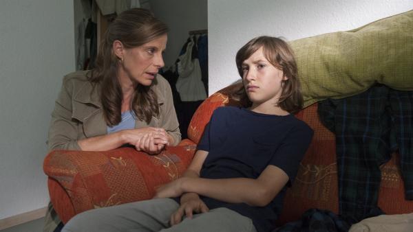 Helena Brüggemann (Julia Jäger) redet Jan (Giuliano Marieni) ins Gewissen. | Rechte: SWR/Maria Wiesler