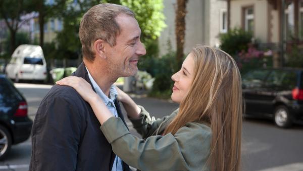 Studentin Greta (Enya Elstner) bittet ihren Vater Philipp (Heikko Deutschmann) um Geld. | Rechte: SWR/Maria Wiesler