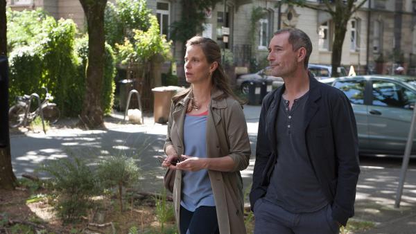 Philip Hansen (Heikko Deutschmann) hat in Helena Brüggemann (Julia Jäger) eine tolle Gesprächspartnerin gefunden.   Rechte: SWR/Maria Wiesler