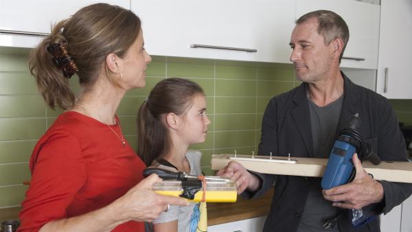Philip Hansen (Heikko Deutschmann) hilft Leo (Phillis Lara Lau) und Helena Brüggemann (Julia Jäger) beim Einzug in die neue Wohnung.   Rechte: SWR/Maria Wiesler