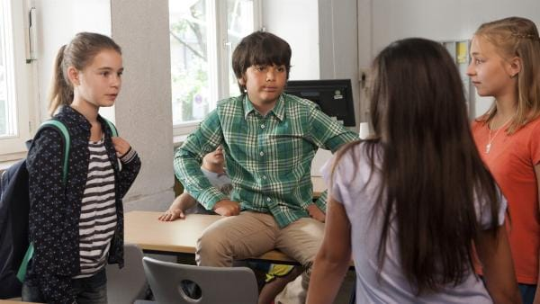 Erster Schultag für Leo (Phillis Lara Lau): Die beiden Klassenzicken konkurrieren mit Linus (Mattieu Harre), Leos neuem Freund.  | Rechte: SWR/Maria Wiesler