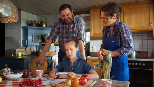 Paulina (Tabea Hug) informiert Vinzenz (Michael Sideris) und Josefine (Sanne Schnapp) über die Neuigkeiten bei der Entführung des Pinguins. | Rechte: SWR/Maria Wiesler