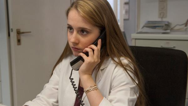 Studentin Greta Hansen (Enya Elstner) hat einen neuen Traumjob: Assistentin von  Vater und Tierarzt Philip Hansen. | Rechte: SWR/Maria Wiesler