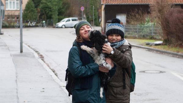 Jan (Guiliano Marieni), l. und Linus (Matthieu Herre, r.) sind stolz auf ihr Geburtstagsgeschenk: einen Hund für Leo. | Rechte: SWR/Maria Wiesler