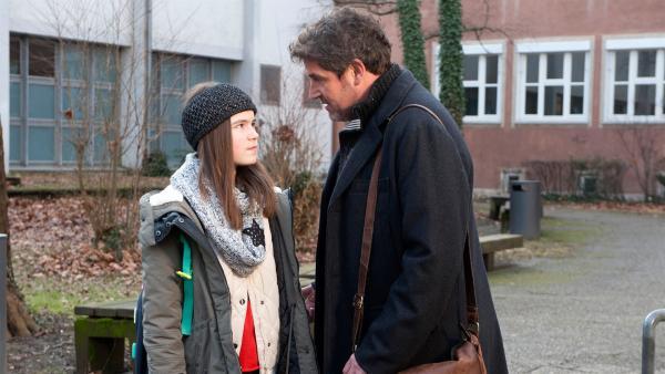 Andreas (Stephan Szász) bittet Leo (Phillis Lara Lau) nach seiner ersten Schulstunde als Lehrer um Rat. | Rechte: SWR/Maria Wiesler
