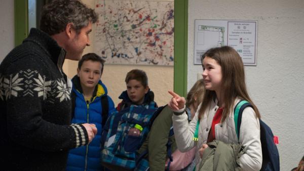 Andreas (Stephan Szász) ist Leos (Phillis Lara Lau) neuer Musiklehrer. Sie weiß noch nicht, ob ihr Vater ein guter Musiklehrer für ihre Klasse ist. | Rechte: SWR/Maria Wiesler