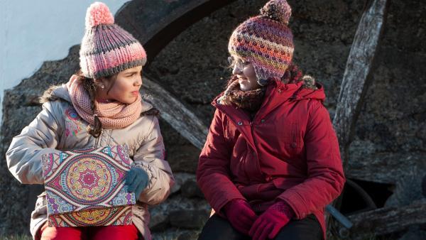 Hanadi (Sue Moosbauer, l.) zeigt Emilie (Chiara Eiche, r.) ihren Hamster und bittet sie um Unterstützung.  | Rechte: SWR/Maria Wiesler