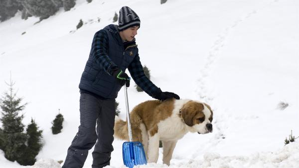 Pawel (Moritz Knapp) und sein Hund Oswald suchen Nelly in der Lawine.    Rechte: SWR/Maria Wiesler