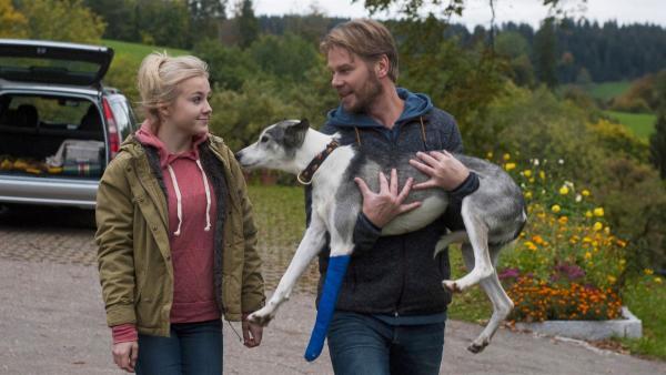 Nelly Spieker (Jule Schuck) bringt mit Ihrem Vater Jobst Lauer (Kai Scheve) den verletzten Schlittenhund nach Hause.    Rechte: SWR/Maria Wiesler