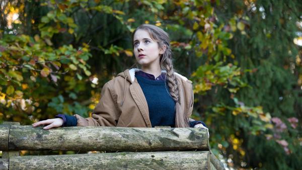 Greta (Enya Elstner) beobachtet eine Treibjagd im Schwarzwald.  | Rechte: SWR/Maria Wiesler