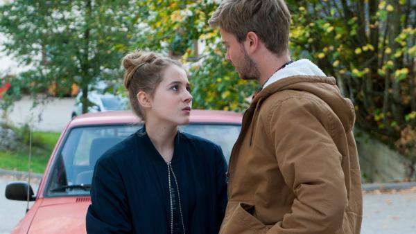 Greta (Enya Elstner) ist frisch verliebt in  Felix (Aaron Koszuta). Dabei wollte sie doch nach München zum Studium.    Rechte: SWR/Maria Wiesler
