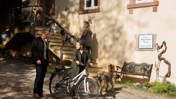 Philip (Heikko Deutschmann) und Helena (Julia Jäger) kommen vom Spaziergang zurück. Nelly (Jule-Marleen Schuck) soll Hausaufgaben machen, meint Philip (Heikko Deutschmann). | Rechte: SWR/Maria Wiesler