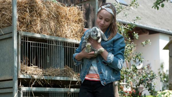 Paulina (Tabea Hug) ist in Sorge um Kaninchen Sardinchen – es lebt in einem viel zu engen Stall.  | Rechte: SWR/Maria Wiesler