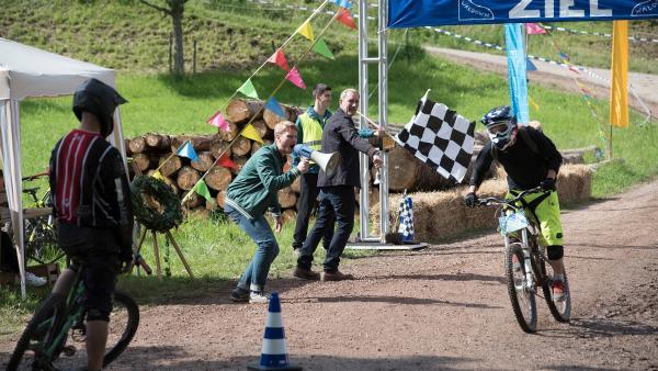 Das Down-Hill-Rennen ist ein großes Ereignis in Waldau – sogar Tierarzt Philip Hansen (Heikko Deutschmann) ist mit von der Partie. | Rechte: SWR/Maria Wiesler