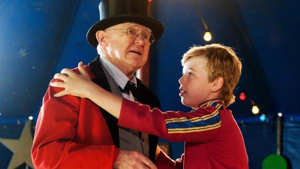 Tim (Noah Böhm) muss seinen verwirrten Opa (Carl-Heinz Choynski) beruhigen.  | Rechte: SWR/Maria Wiesler