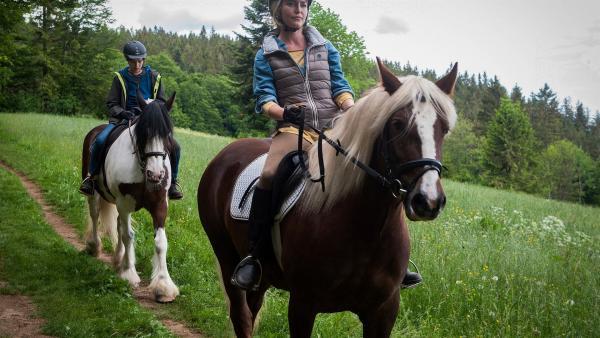 Petra (Jana Reinermann) und Jan (Giuliano Marieni) reiten aus.  | Rechte: SWR/Maria Wiesler