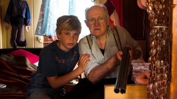 Tim (Noah Böhm) und sein Opa (Carl-Heinz Choynski) wollen auf keinen Fall getrennt werden.  | Rechte: SWR/Maria Wiesler